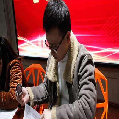 企业代表与同学们签订就业协议